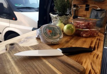 Patascha Vankitchen Rezepte unterwegs Feuerdesign Tischgrill Limatec grillen Backofen Omnia Tartiflette Munster Käse Winter Speck Kartoffeln Vanlife Campervan kochen