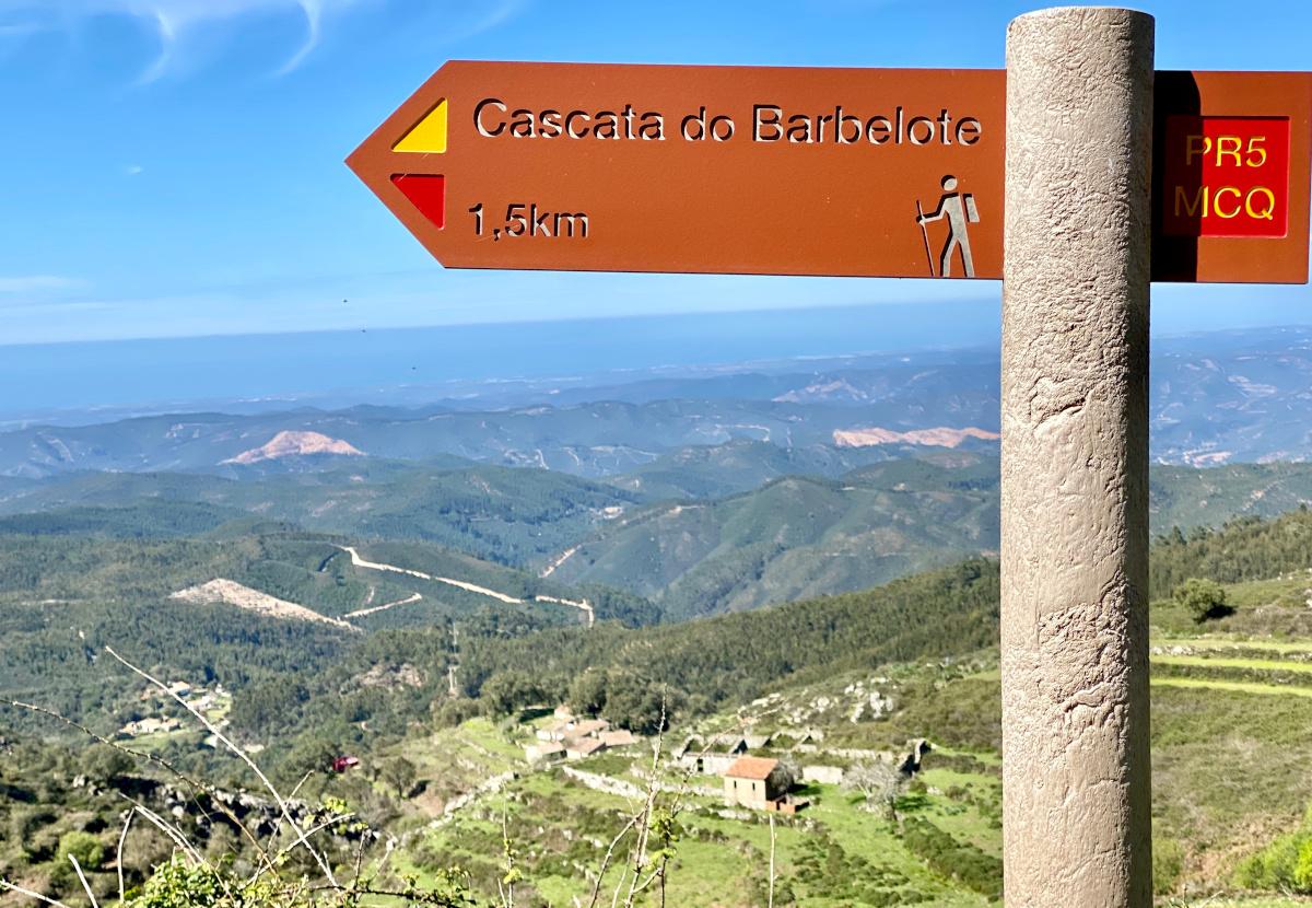 Vom Miradouro da Foia aus durch die Serra de Monchique. Wandertour in der Algarve durch das hüglige Hinterland (Karte und GPX Daten) Vom Miradouro da Foia aus durch die Serra de Monchique. Wandertour in der Algarve durch das hüglige Hinterland (Karte und GPX Daten)