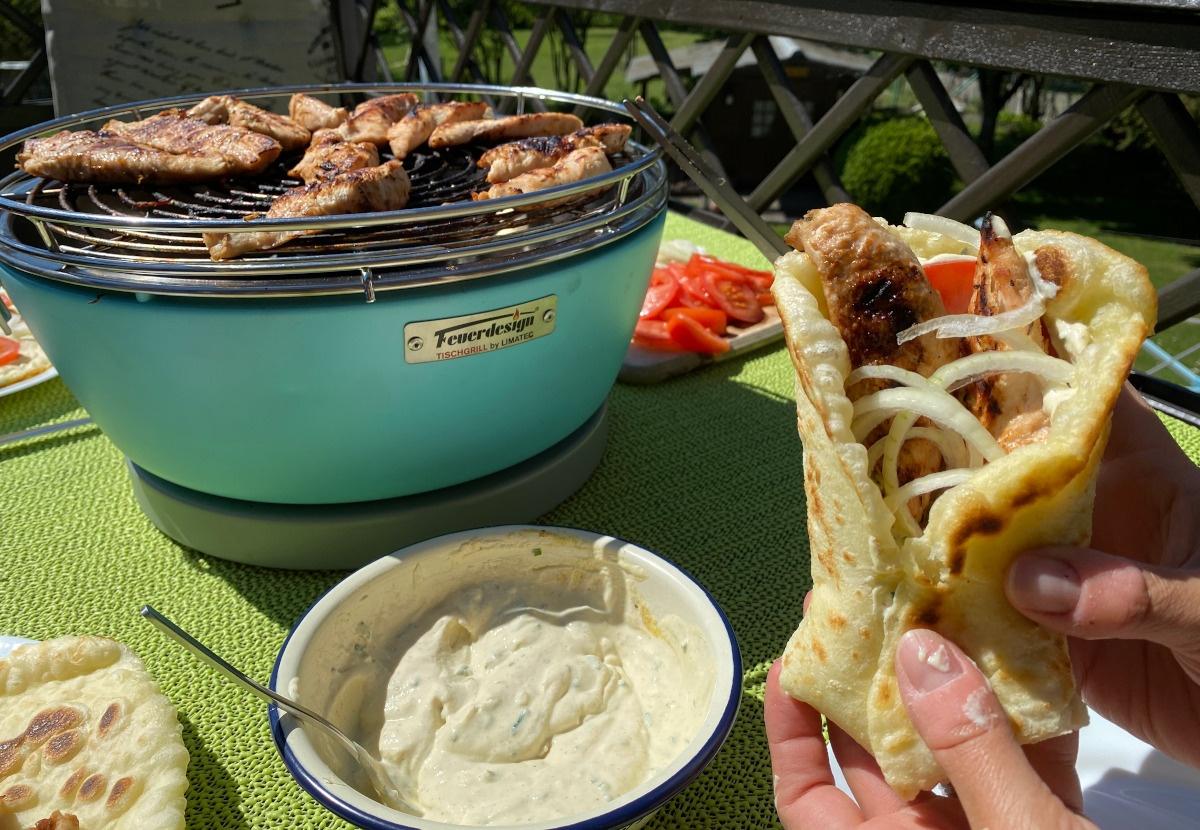 Duftendes Pitabrot, mit BBQ Hähnchen,leckerer griechischer Dip, Tomate und Zwiebeln... Das Rezept: die perfekte griechische Sosse oder Dip gibt's hier